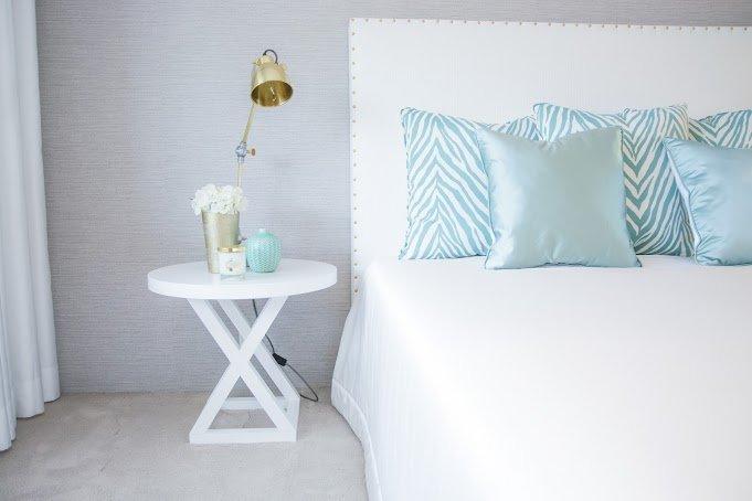 Decoração de master suite com closet em branco e tons de verde claro, padrão zebra e dourados